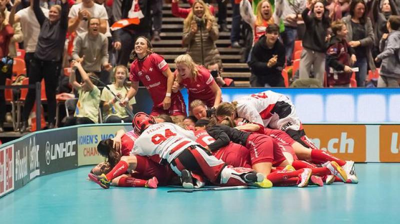 Šveices izlase līksmo par neticamo uzvaru Foto: IFF Floorball