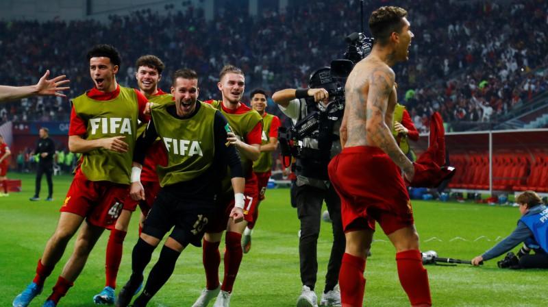 """""""Liverpool"""" futbolisti skrien pie vārtus guvušā Robertu Firminu. Foto: Reuters/Scanpix"""
