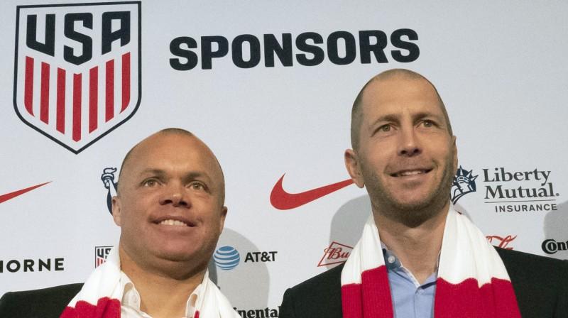 Izlases ģenerālmenedžeris Ērnijs Stjuarts un galvenais treneris Gregs Bērhalters. Foto: AP/Scanpix