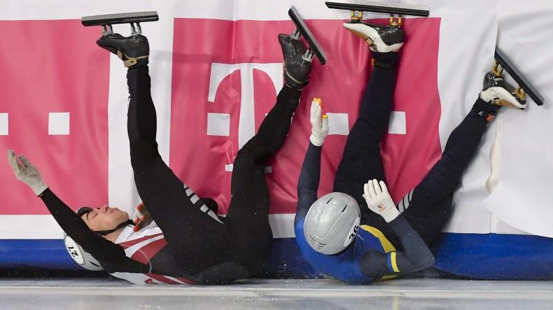 Roberts Krūzbergs (pa kreisi) pēc kritiena Eiropas čempionāta pusfinālā. Foto: EPA/Scanpix
