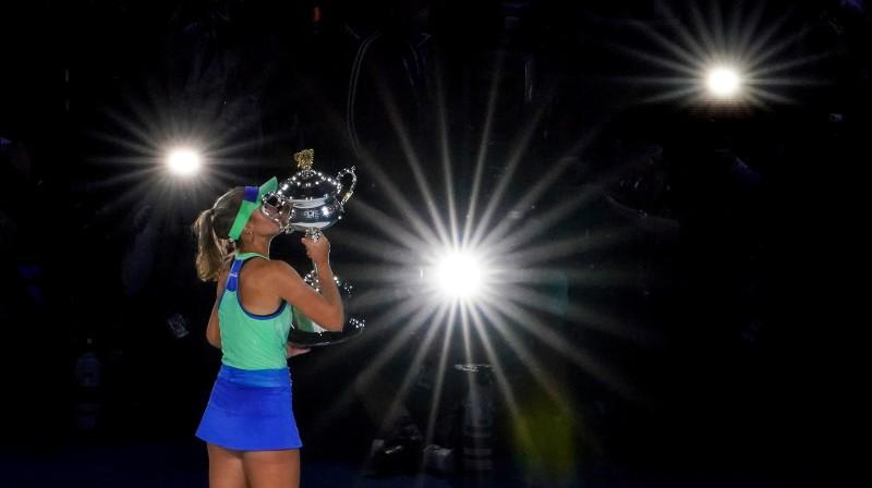 "Sofija Kenina ar ""Australian Open"" trofeju. Foto: EPA/Scanpix."