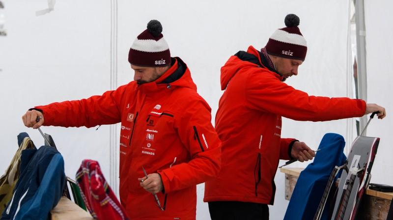 No kreisās: Martins un Tomass Dukuri sacensību aizkulisēs. Foto: Viesturs Lācis/bobslejs.lv