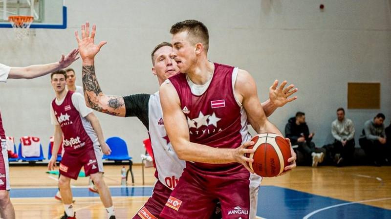 Mārtiņš Meiers (ar bumbu) un Artjoms Butjankovs. Foto: Latvijas Basketbola saveinība