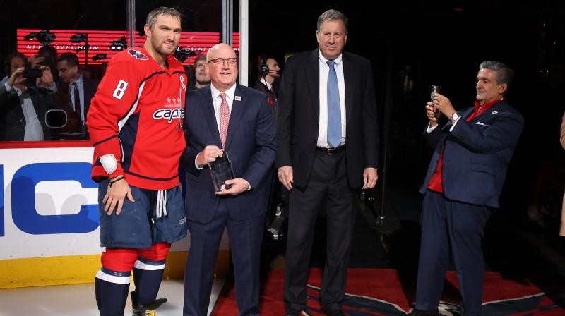 Bils Deilijs sveic Aleksandru Ovečkinu ar 700. vārtiem NHL. Foto: USA Today Sports/Scanpix