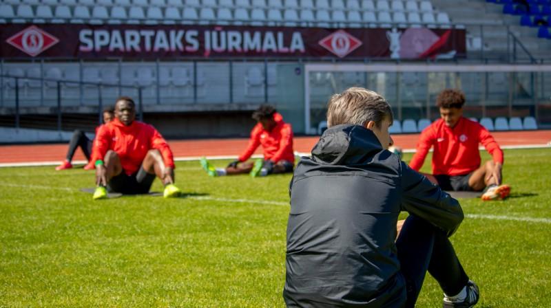 """Jūrmalas """"Spartaka"""" galvenā trenera asistents Sauļus Cekanavičs un spēlētāji. Foto: FK """"Spartaks"""""""