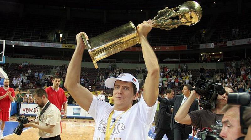 ASK kapteinis Sandis Valters paceļ LBL čempionu trofeju. Foto: basket.lv