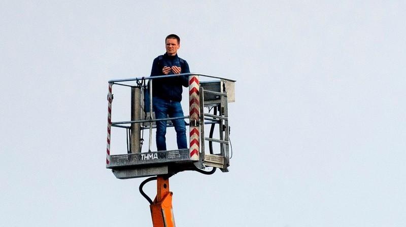 Tomašs Žoļkevičs vēro maču. Foto: Krystyna Pączkowska / slaskwroclaw.pl