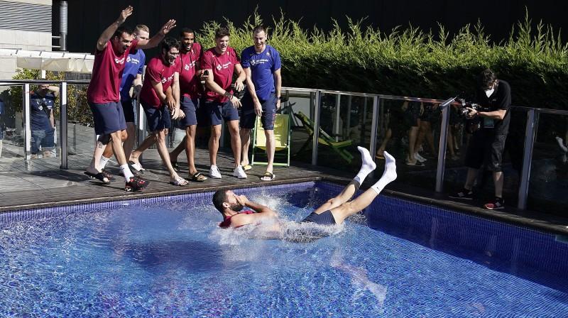 Rolands Šmits (otrais no kreisās) kopā ar komandas biedriem iesviež Nikolu Mirotiču baseinā pēc MVP titula saņemšanas