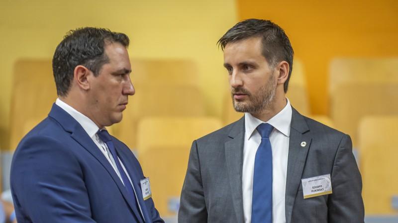 Saeimas sporta apakšpkomisijas vadītājs Sandis Riekstiņš un LFF ģenerālsekretārs Edgars Pukinsks. Foto: LFF