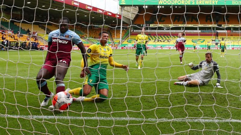 """Mihails Antonio raida bumbu """"Norwich"""" vārtos. Foto: FP/Scanpix"""