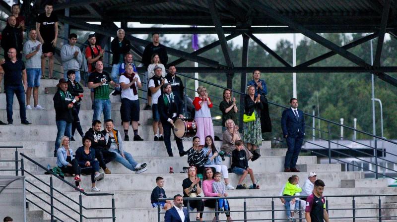 Guntars Indriksons un Uldis Pūcītis Valmieras tribīnēs. Foto: Valmiera FC