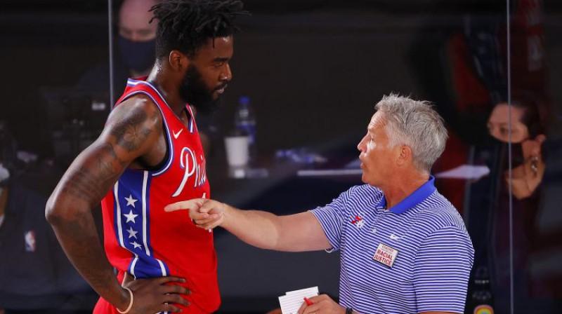"""Brets Brauns (pa labi) """"76ers"""" komandas vadībā. Foto: AP/Scanpix"""