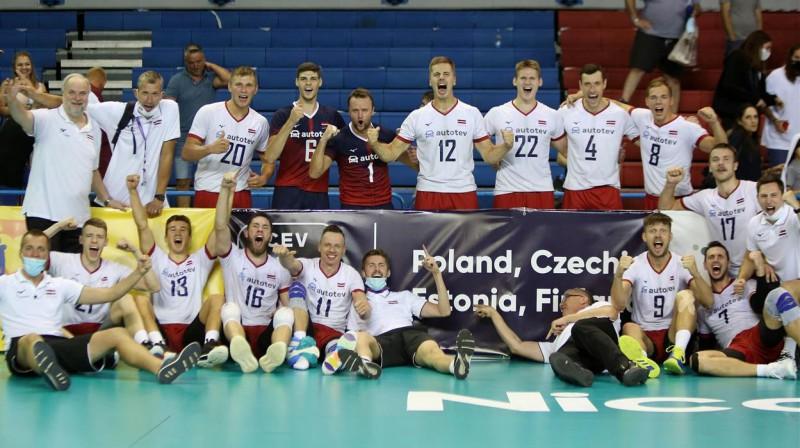 Latvijas volejbola izlase līksmo par ceļazīmi uz EČ finālturnīru. Foto: CEV