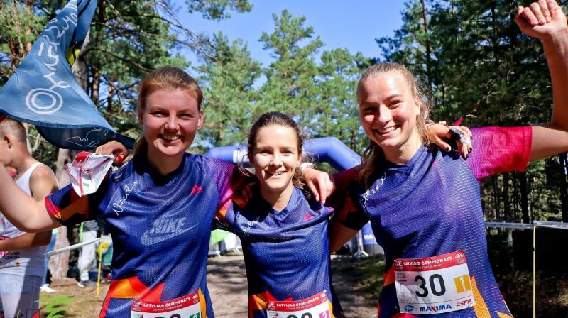 Vieda Lūsa, Sandra Grosberga un Kristīne Brunere pēc uzvaras Latvijas čempionāta stafetē. Foto: LOF