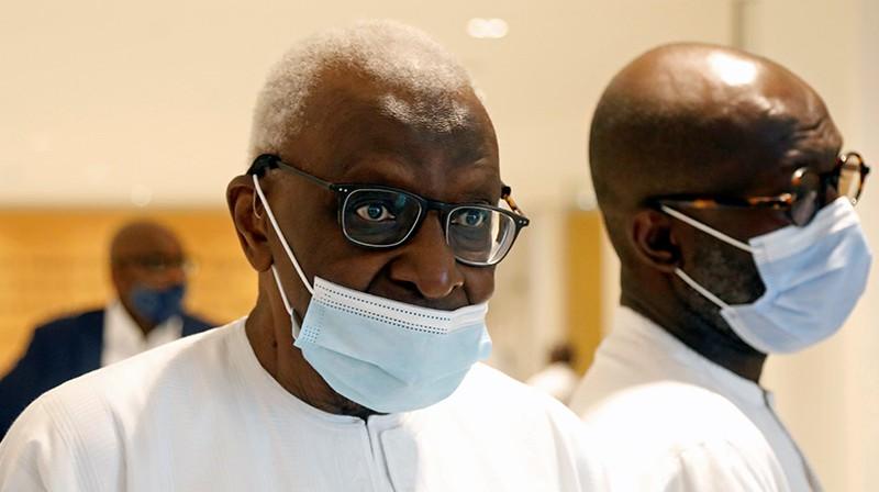 Bijušais IAAF prezidents Lamīns Diaks tiesā. Foto: Reuters/Scanpix