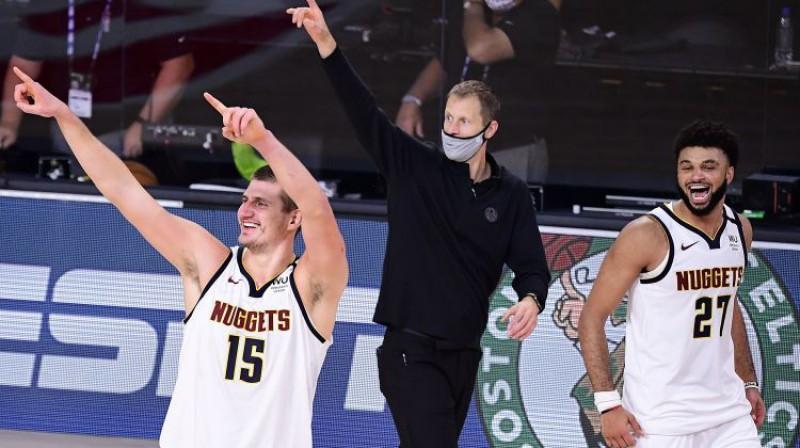 Nikola Jokičs un Džamals Marejs svin uzvaru. Foto: AFP/Scanpix