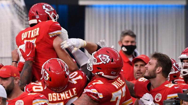 """Kanzassitijas komanda """"nēsā uz rokām"""" uzvaras sitiena autoru Harisonu Batkeru Foto: USA Today/Scanpix"""