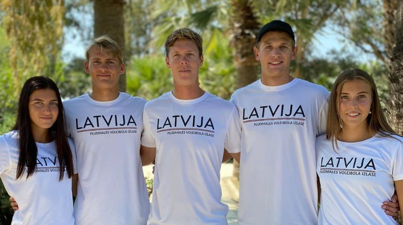 Varvara Brailko, Artūrs Rinkevičs, Rihards Finsters (treneris), Rūdolfs Stankevičs, Anete Namiķe. Foto: Beach Box Gepardi / LVF