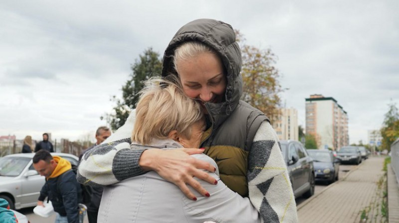 Jeļena Ļevčanka pēc atbrīvošanas apskauj mammu. Foto: Onliner.by
