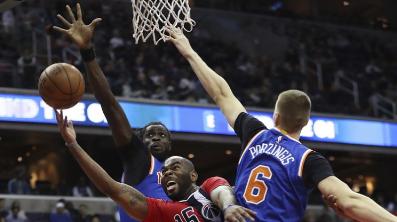 """Moriss Ndūrs un Kristaps Porziņģis 2016. gada 17. novembra spēlē pret 'Wizards"""". Foto: AP/Scanpix"""