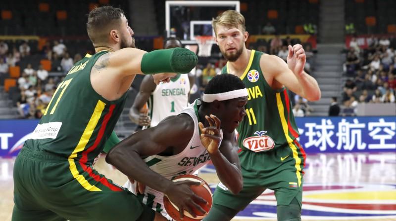 Jons Valančūns un Domants Sabonis. Foto: Reuters/Scanpix