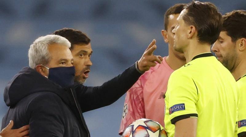 """Porto"" treneris Seržiu Konsisau aizrāda Andrim Treimanim. Foto: Phil Noble/Reuters/Scanpix"