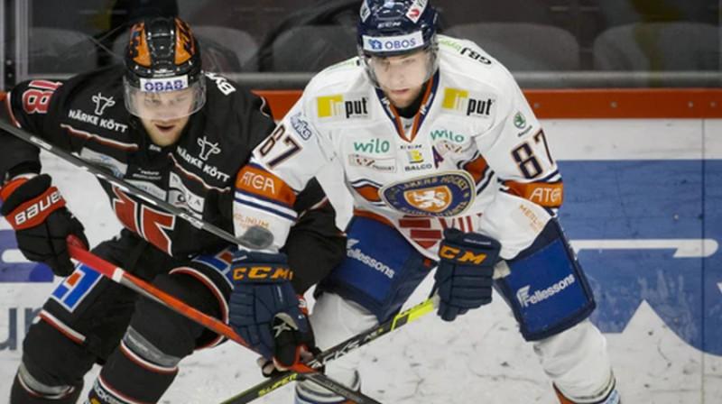 Rodrigo Ābols (no kreisās). Foto: Jūhans Bernstrems/Bildbyrån/Orebro Hockey