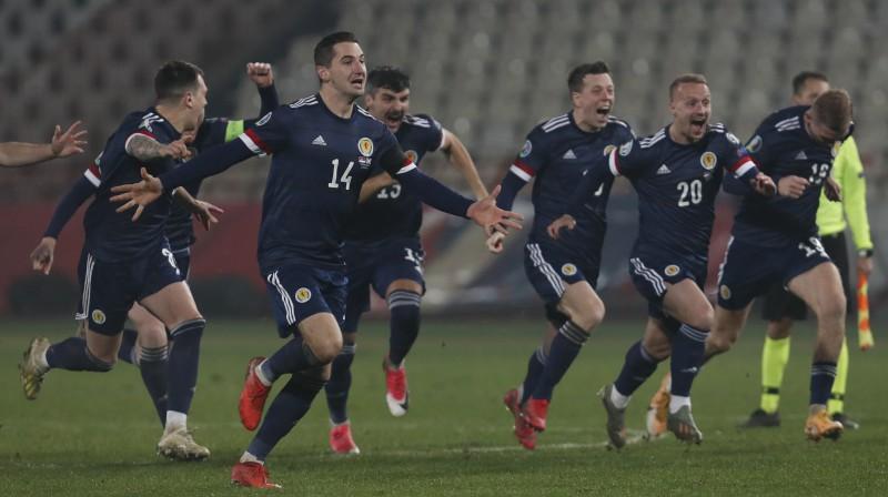 Skotijas izlases futbolisti līksmo par ilgi gaidīto iekļūšanu Eiropas čempionāta finālturnīrā. Foto: Darko Vojinovic/AP/Scanpix