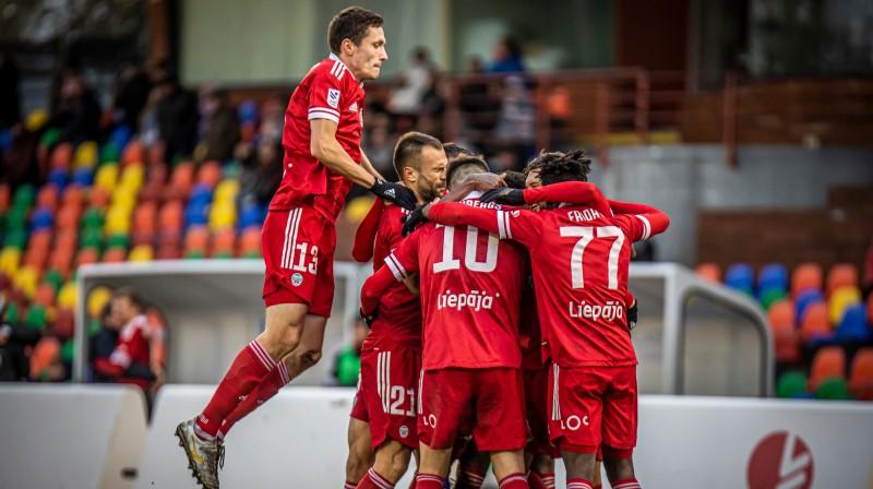 Liepājas futbola audzēknis Raivis Jurkovskis ar komandas biedriem. Foto: LFF