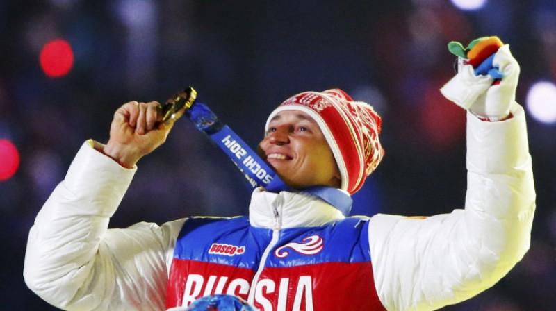 Krievijas slēpotājs Aleksandrs Ļegkovs 2014. gadā svinēja OS zelta medaļas iegūšanu, ko vēlāk viņam atņēma par dopinga lietošanu. Foto: Reuters/Scanpix