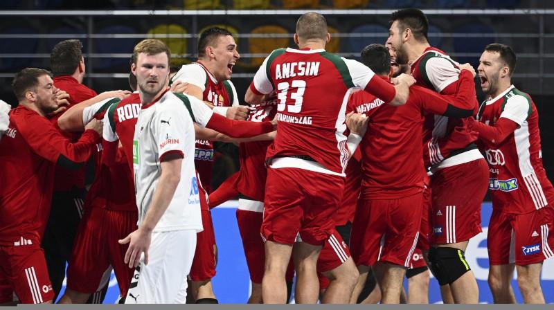 Ungārijas izlases handbolisti līksmo par izcīnīto uzvaru pār Vāciju. Foto: Anne-Christine Poujoulat/POOL/EPA/Scanpix