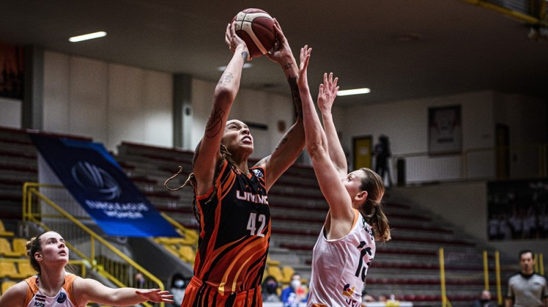 Britnija Grainere spēlē pret TTT. Foto: FIBA