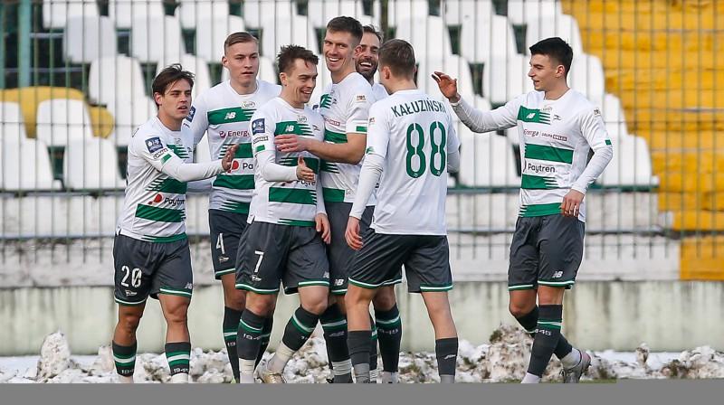"Kristers Tobers (Nr. 4) un Gdaņskas ""Lechia"" futbolisti svin vārtu guvumu. Foto: Lechia Gdańsk"