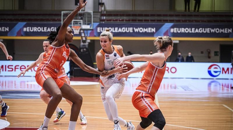 """Kitija Laksa: 17 punkti pret """"Famila Schio"""". Foto: FIBA"""