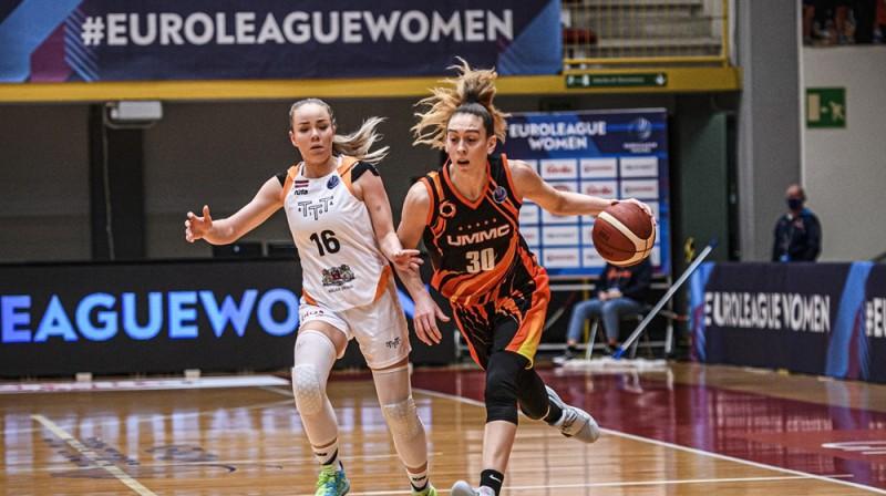 Ilze Jākobsone un Breana Stjuarte. Foto: FIBA