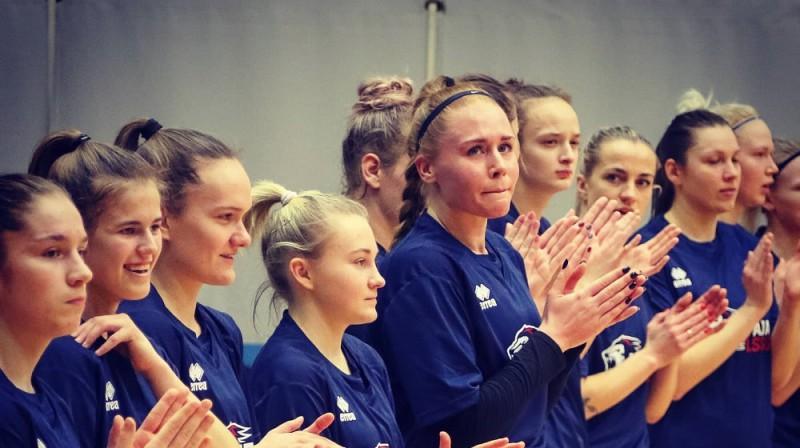 Liepājas basketbolistes, centrā Elizabete Bulāne un Katrīna Vectirāne. Foto: Ģirts Gertsons