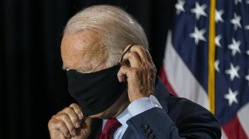 Džo Baidens darbojas ar masku. Foto: AP/Scanpix