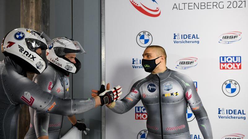 Oskars Ķibermanis pateicas stūmējiem. Foto: Viesturs Lācis/bobslejs.lv