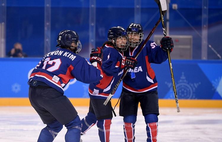 Korejai pirmie vārti olimpiskajās spēlēs, Šveice pieveic Zviedriju