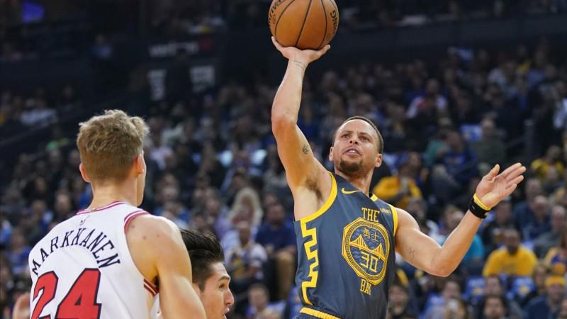 Karijs apsteidz Teriju un pakāpjas uz trešo vietu NBA vēsturē trāpītajos tālmetienos