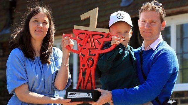 F1 pilots Hamiltons ar cēlu žestu iepriecina smagi slimu zēnu
