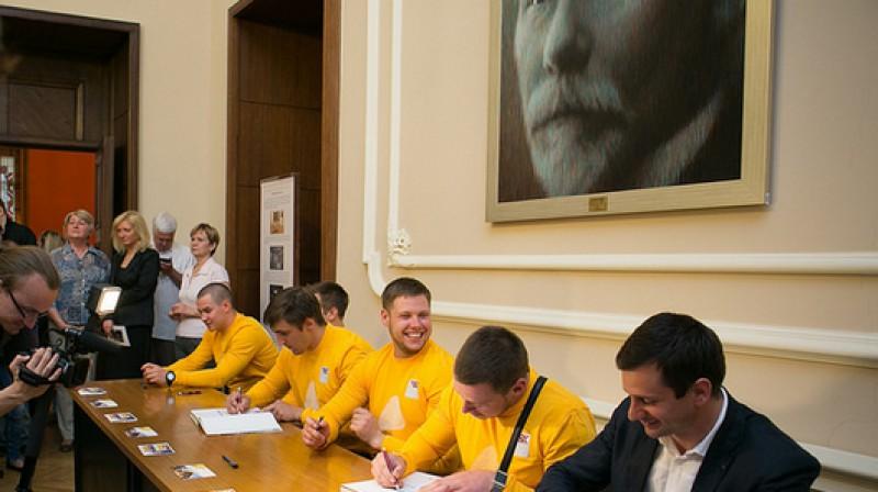 Latvijas olimpieši dala autogrāfus Saeimā  Foto: Ernests Dinka, saeima.lv