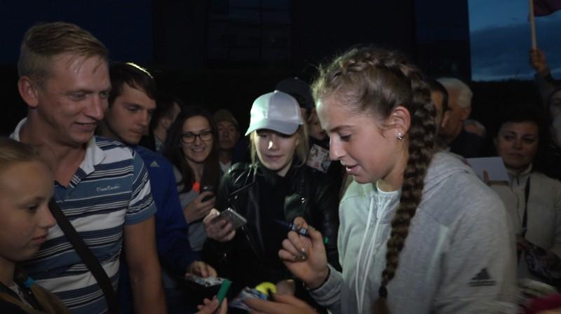 Aļona Ostapenko dala autogrāfus līdzjutējiem Foto: Ekrānuzņēmums