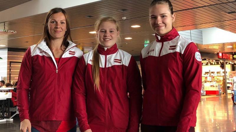 Elīna Ziediņa (no labās), Alīna Aleksandra Antipova un trenere Laura Skujiņa. Foto: Latvijas Cīņas federācija