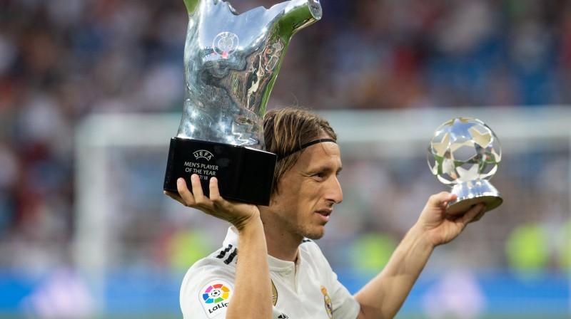 Luka Modričs, saņemot UEFA Gada spēlētāja balvu  Foto: SIPA / Scanpix