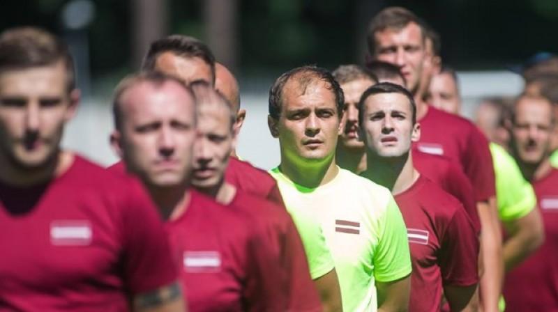Latvijas minifutbola izlases vārtsargs Dmitrijs Roguļskis kopā ar komandas biedriem. Foto: LFF