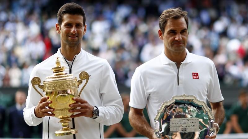 Novaks Džokovičs un Rodžers Federers pagājušā gada Vimbldonas finālā. Foto: EPA/Scanpix