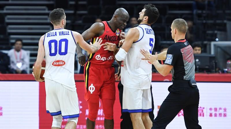 Alesandro Džentile pret Angolas basketbolistu Leonelu Paulu. Foto: Zumapress.com/Scanpix