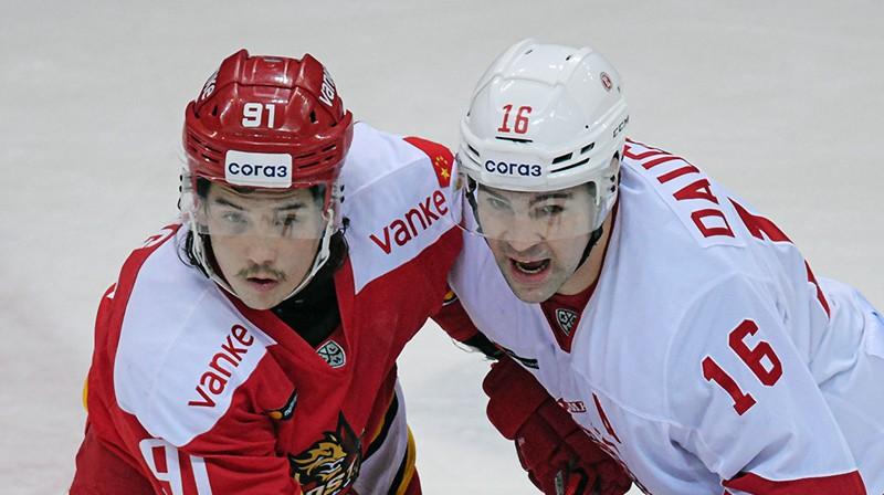Kaspars Daugaviņš pa labi. Foto: Deniss Dudujevs, HC Vityaz
