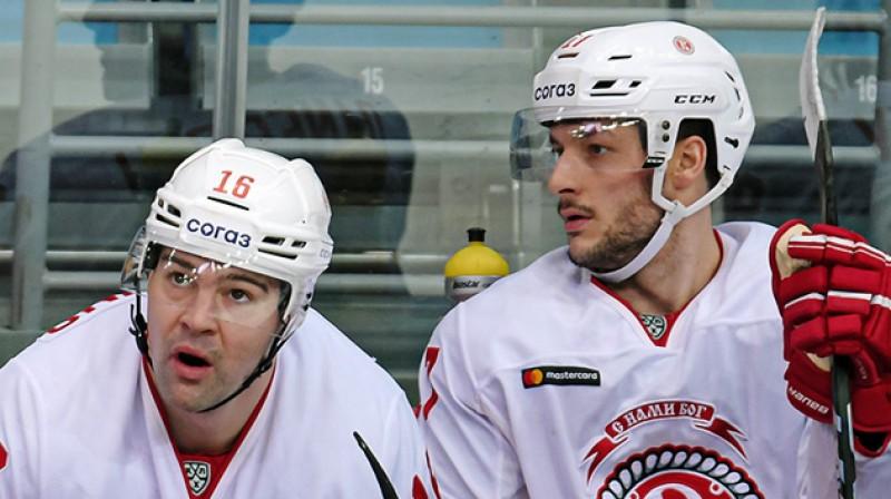 Kaspars Daugaviņš un Džastins Denforts. Foto: Deniss Dudujevs, HC Vityaz